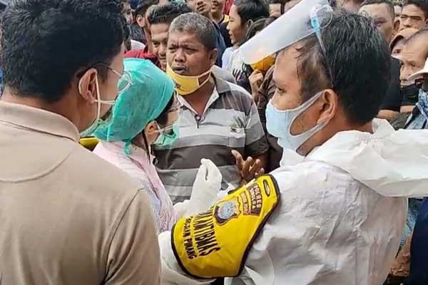 BERDEBAT: Tim Gugus Tugas Penanganan Covid-19 Kota Sibolga saat berdebat dengan warga yang menolak dilakukan penjemputan terhadap pasien dinyatakan positif covid-19.ROMMY/SUMUT POS.