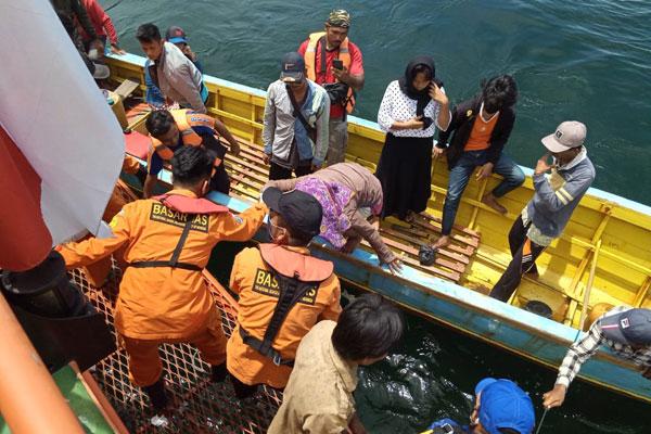 EVAKUASI: Tim Basarnas mengevakuasi korban kapal tenggelam, sepasang pasutri, dari Pulau Ungge, Tapanuli Tengah, Rabu (14/10).