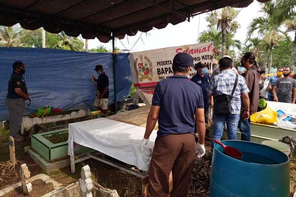 BONGKAR MAKAM: Pembongkaran makam Almarhum Taufik Hidayat di TPU Muslim Jalan Thamrin Medan, Sabtu (3/10).