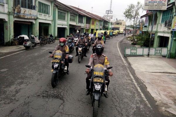SOSIALISASI: Petugas Operasi Yustisi dari tiga pilar Langkat Hilir sosialisasi protokol kesehatan Covid-19 dengan cara berkonvoi di Kecamatan Tanjungpura. ILYAS EFFENDY/ SUMUT POS.