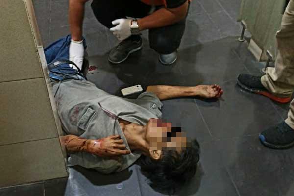 INDENTIFIKASI: Polsek Medan Helvetia mengidentifikasi mayat  yang tergeletak di kamar mandi Lantai 1 Plaza Milenium.