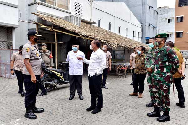 TINJAU LOKASI: Gubsu Edy Rahmayadi meninjau lokasi penyerangan terhadap Tim Satgas Covid-19 di Komplek Brayan Trade Centre, Jalan Serbaguna Helvetia, Deliserdang, Kamis (22/10).