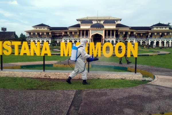 SEMPROT: Personel ZidamI/BB menyemprot cairan disinfektan di Istana Maimoon Medan.istimewa/sumu tpos.