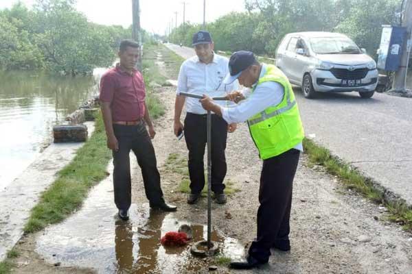 PERAWATAN: Kegiatan perawatan di pipa milik PDAM di Jalan Pulau Sicanang dan Jalan Hidayah, Kelurahan Sicanang, Kecamatan Medan Belawan.