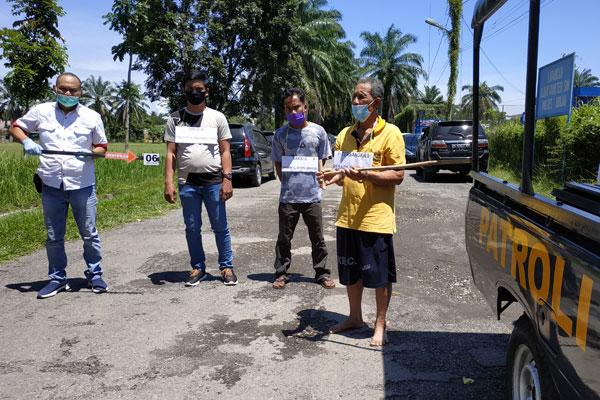 REKONsTRUKSI: Tersangka Resada Sembiring saat menjalani adegan rekonstruksi pembunuhan Bebas Sembiring di Lapangan Mapolres Binjai, Rabu (14/10).