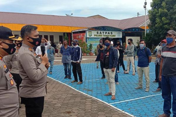 TERIMA: Kapolres Tanah Karo, AKBP Yustinus Setyo, bersama jajarannya, saat menyambut warga Desa Juhar di Mapolres Tanah Karo,  Senin (19/10).