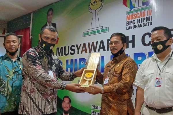 Penyerahan plakat dari BPC HIPMI Labuhanbatu untuk Pemkab Labuhanbatu (fajar)