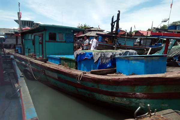 KASATPOL: Kasatpol Air Polres Kota Sibolga, AKP M Sihombing (kanan). Atas: Kapal penangkap ikan yang ditembaki OTK di perairan Aceh, sedang bersandar di tangkahan Sibolga, Senin (5/10).Romy Pasaribu/Sumut Pos.