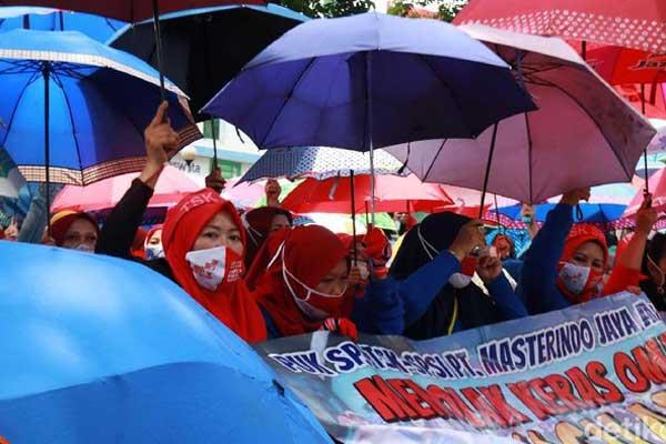 TOLAK Massa buruh menggelar aksi di depan Balai Kota Bandung, Selasa (6/10).  Aksi ini dilakukan dalam rangka menolak Omnibus Law Cipta Kerja yang dianggap bakal merugikan buruh. Dalam aksinya mereka membawa payung warna-warni.