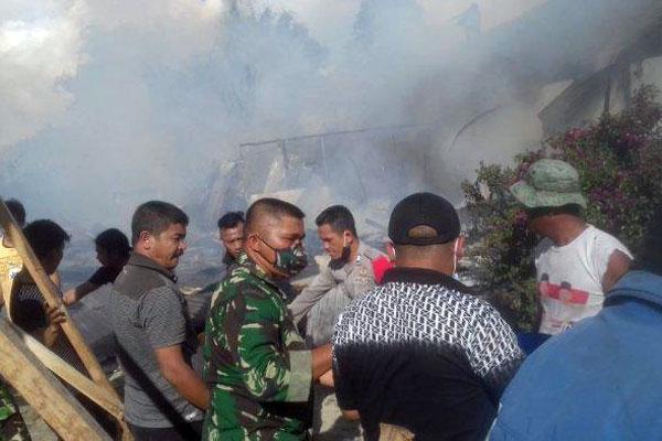 KEBAKARAN: Petugas kepolisian dan koramil bersama warga memadamkan api yang membakar empat unit rumah di Kelurahan Tiga Runggu, Kecamatan Purba, Kabupaten Simalungun, Rabu (14/10) .
