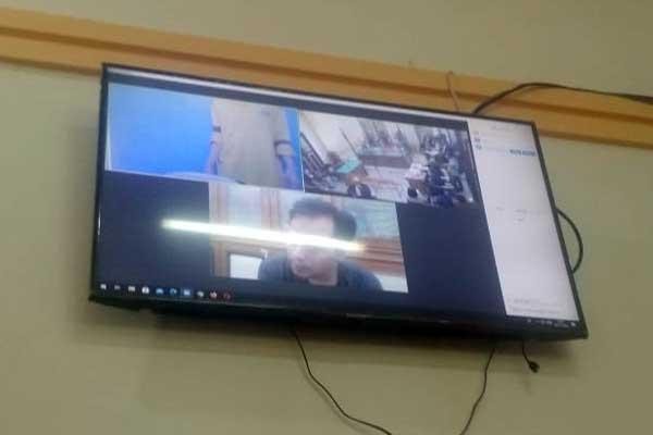 SIDANG: Agus Wijaya (layar monitor), terdakwa kurir sabu seberat 1,7 kg menjalani sidang dakwaan, Senin (2/11).gusman/sumut pos.