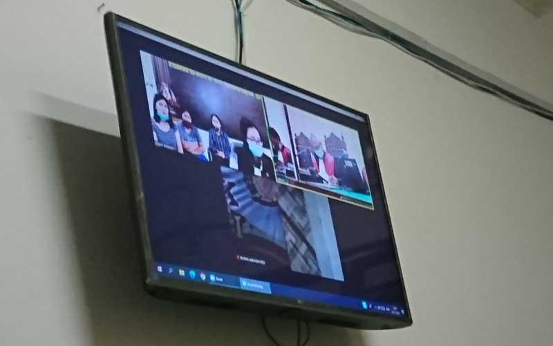 SIDANG: Tiga terdakwa (layar monitor) kasus penganiayaan, menjalani sidang putusan sela, Senin (23/11).gusman/sumut pos.