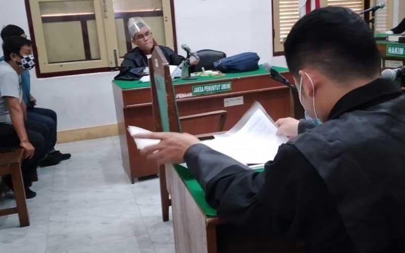 KETERANGAN: Canakya Suman, terdakwa dugaan penipuan dan penggelapan, saat memberikan keterangan secara virtual, Jumat (28/11).AGUSMAN/SUMUT POS.