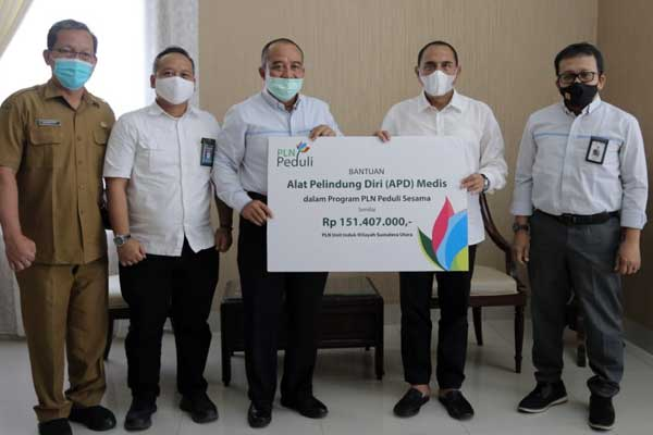 BANTUAN: GM PLN UIW Sumut, M Irwansyah Putra menyerahkan bantuan APD kepada Gubsu, didampingi pejabat PLN UIW Sumut dan Pemprovsu.