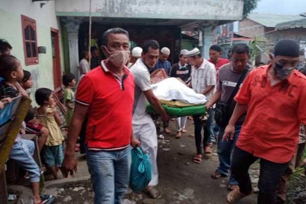 DIKEEBUMIKAN: Sejumlah warga membantu mengkebumikan jasad korban pengeroyokan bapak dan anak.fachril/sumut pos.