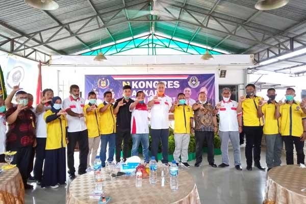 BERSAMA: Bupati Langkat, Terbit Rencana PA foto bersama peserta kongres dan pengurus Askab PSSI Langkat. ILYAS EFFENDY/ SUMUT POS.
