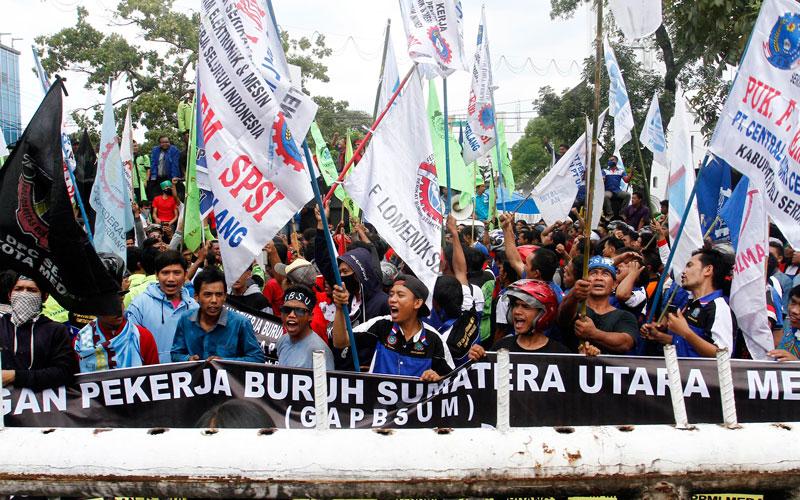 DEMO: Sejumlah buruh saat melakukan aksi unjukrasa di depan Kantor Gubernur Sumut, beberapa waktu lalu. Desember 2020, 16 elemen buruh di Sumut, mengancam gelar aksi demo besar terkait UMP dan UMK se-Sumut.