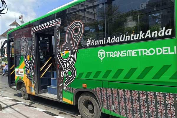 Bus BTS: Buas BTS saat berhenti di halte depan Kantor Pos Besar Kota Medan, Selasa (17/11).  Sejak Senin (16/11), sebanyak 35 Bus BTS sudah beroperasi di Kota Medan.