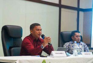 PAPARAN: Kadis Kominfo Kota Tebingtinggi, Dedi P Siagian memaparkan layanan emergency Call 112 Kota tebingtinggi pada Sosialiasi Keselamatan Destinasi Danau Toba. SOPIAN/SUMUT POS.