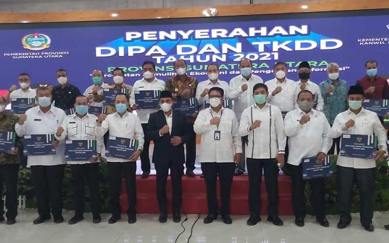 BERSAMA: Gubenrur Sumut Edy Rahmayadi diabadikan bersama para kepala daerah usai menerima Dokumen DIPA TA 2021 serta Dana TKD di Pendopo Rumah Dinas Gubernur Sumut, Jumat (27/11).