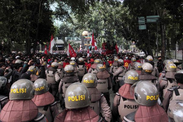 DEMO UU Omnibus Law: Massa aksi saat demo menuntut pembatalan UU Omnibus Law di depan gedung DPRD Sumut, beberapa waktu lalu.