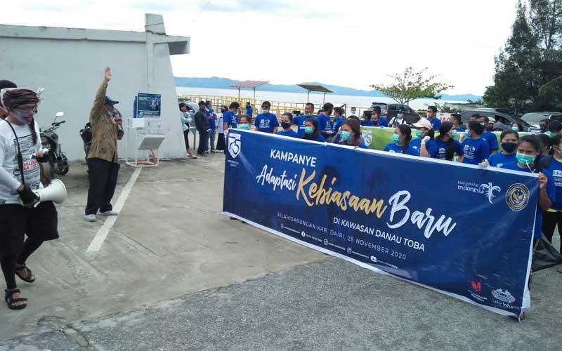 BERANGKATKAN: Kadis Parbudparpora Dairi, Mahadi Kudadiri berangkatkan peserta kampanye AKB dan pembersihan sampah di kawasan Danau Toba tepatnya di pantai Silalahi digagas BPODT. RUDY SITANGGANG/SUMUT POS.