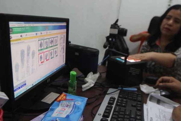 PEREKAMAN: Seorang warga Kota Medan saat perekaman E-KTP, beberapa waktu lalu. Mulai minggu depan, warga Kota Medan sudah bisa mencetak sendiri dokumen kependudukan di Kantor Disdukcapil Kota Medan.