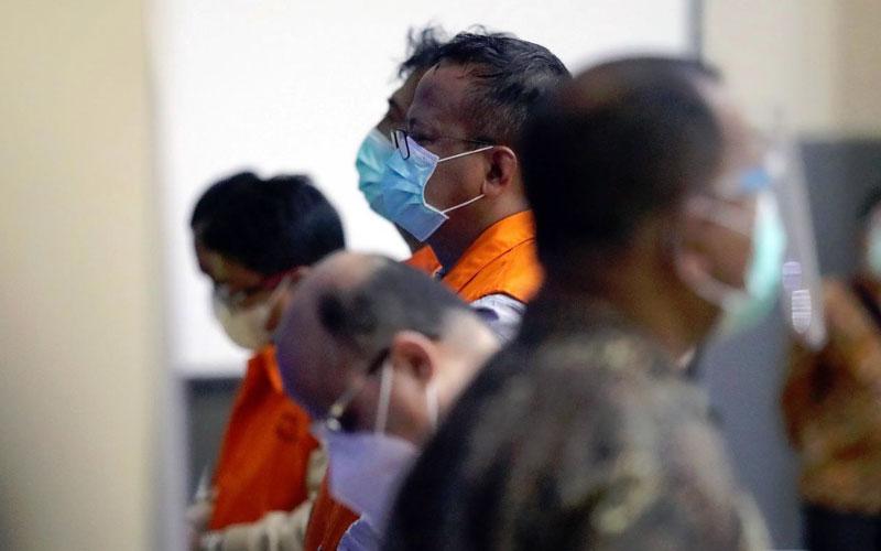 TERSANGKA: Edhy Prabowo bersama tersangka lainnya saat dihadirkan dalam konferensi pers di Gedung Merah Putih KPK, Rabu (25/11) malam pukul 23.45 WIB.