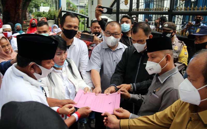 ASPIRASI: Massa aksi dari Forum Bhinneka Tunggal Ika, menyampaikan aspirasi di depan Gedung DPRD Sumut, Jalan Imam Bonjol Medan, Senin (23/11).PRAN HASIBUAN/SUMUT POS.