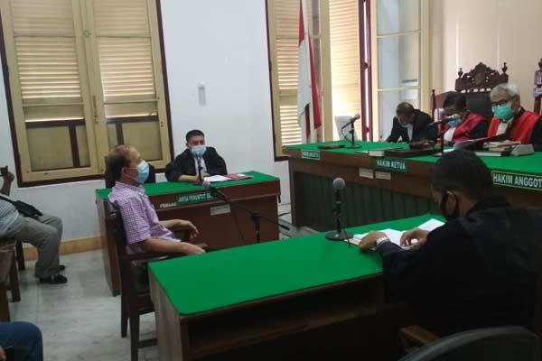 SIDANG: Syamsuri, terdakwa kasus penggelapan uang Rp3 miliar menjalani sidang di PN Medan, Rabu (11/11).gusman/sumut pos.