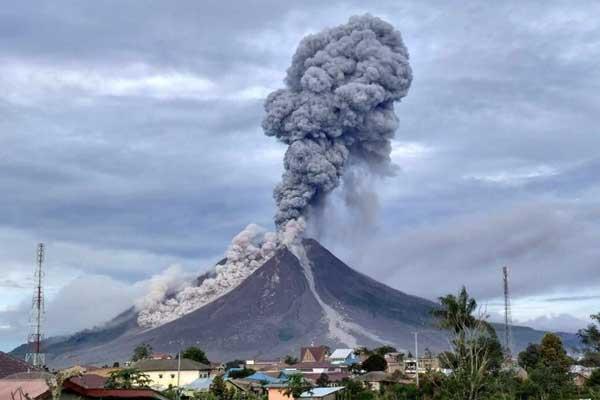AWAN PANAS: Kubah lava gunung Sinabung semburkan awan panas yang ditaksir hingga 700 derajat celsius.