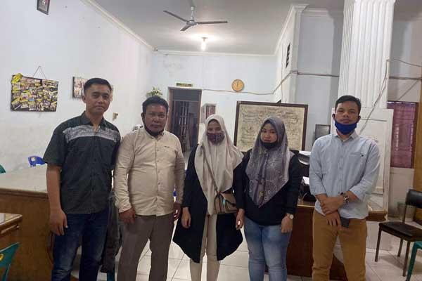DAMPING: Sukma Rizkiyanti Hasibuan dan Oktarina Sari (tengah), didampingi penasihat hukumnya dari LBH Medan di RTP Polrestabes Medan.