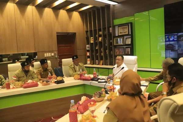AUDIENSI: Wali Kota Binjai, H Muhammad Idaham menerima audiensi rombongan Pemuda Muhammadiyah di Ruang Binjai Command Center, Selasa (3/11).