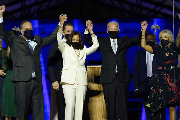 MENANG: Capres AS Joe Biden dan Wakilnya Kamala Harris usai menyampaikan pidato kemenangannya, Minggu (8/11).