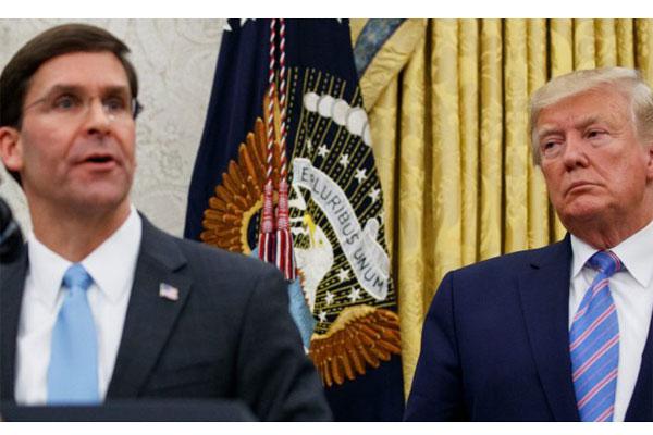 PECAT: Mark Esper saat dilantik sebagai Menhan AS oleh Presiden AS Donald Trump. Kemarin, Trump memecat Esper karena dianggap menentang dirinya.