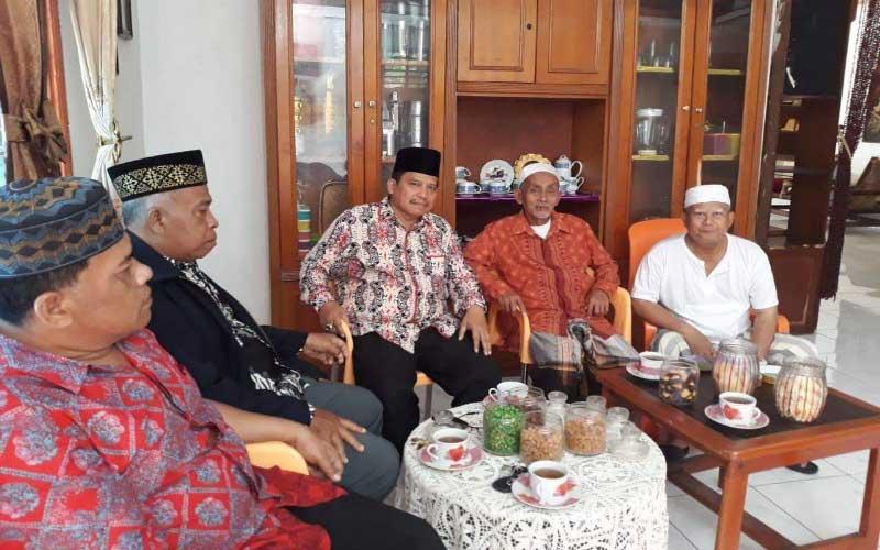 SILATURAHIM: Ketua PB IKLAS Rivai Nasution (tengah) saat bersilaturahim dengan tokoh masyarakat Kampung Rakyat, Labusel, beberapa waktu lalu.istimewa/sumut pos.