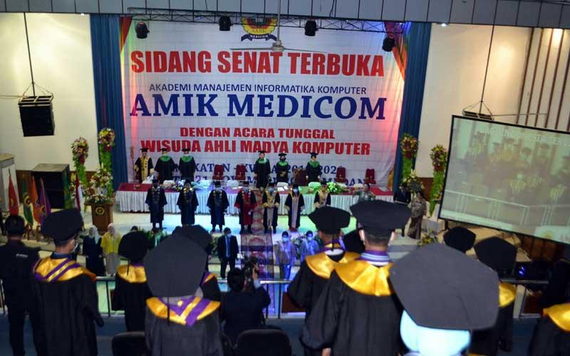 AUDITORIUM: Wisuda AMIK Medicom di Auditorium RRI Medan, Sabtu (21/11).