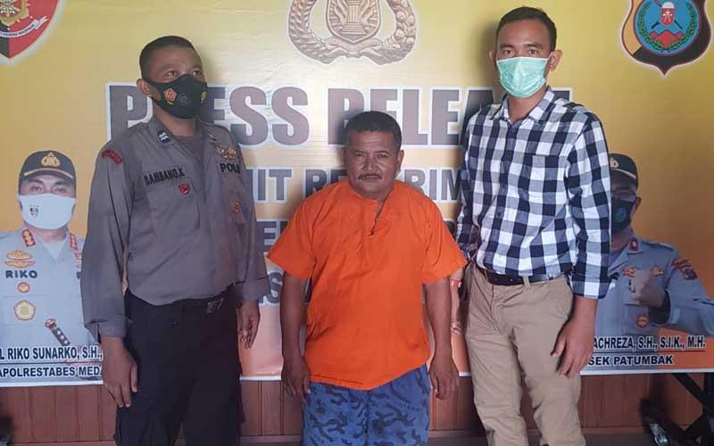 TERSANKA PENGANIAYA: Oknum anggota OKP, Bolas (tengah) diciduk Polsek Patumbak dalam kasus penganiayaan Robin C Silaban.