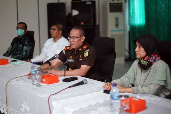 SOSIALISASI: KajariBelawan, Ikeu Bahtiar SH MH didampingi Direksi PDAM Tirtanadi saat sosialisasi pemahaman keperdataan dan praktik anti korupsi. HUMAS PDAM TIRTANADI FOR SUMUT POS.