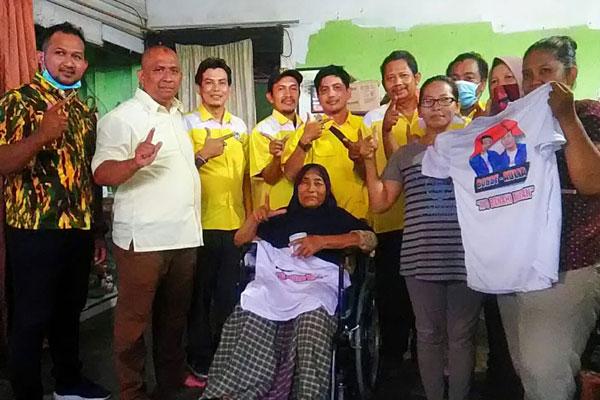 BANTUAN: PK Partai Golkar dan AMPG Medan Timur memberikan bantuan kursi roda kepada warga yang berada di kecamatan tersebut. , dalam rangka memeringati Hari Pahlawan 2020 sekaligus HUT ke-56 Partai Golkar, Selasa (10/11). PRAN HASIBUAN/SUMUT POS.
