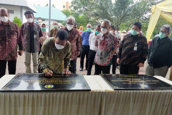 RESMIKAN: Rektor USU, Prof Runtung Sitepu, menanda- tangani batu prasasti   saat meresmikan Paviliun Eksekutif Sibayak dan Ruang Emergency.