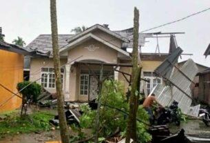 RUSAK BERAT: Salah satu rumah warga rusak berat usai diterjang angin puting beliung di Desa Sei Bamban, Kecamatan Sei Bamban, Minggu (29/11).