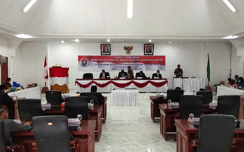 KOSONG : Tampak kursi untuk anggota dewan pada rapat paripurna dengan jadwal pendapat akhir dan pengambilan keputusan Rancangan Peraturan Daerah APBD 2021, Senin (23/11), kosong.