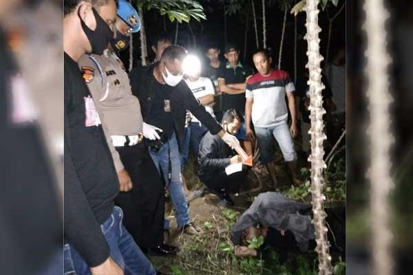 EVAKUASI : Pihak Kepolisian bersama warga ketika mengevakuasi jasad Daniyah dari dalam kolam ikan.sopian/sumut pos.