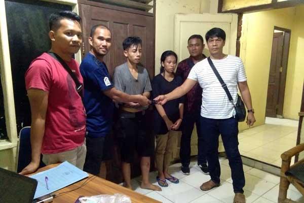 TERSANGKA: Kedua tersangka (tengah) saat mau diserahkan ke Polres Binjai guna kepentingan penyidikan lebih lanjut.tedi/sumut pos.