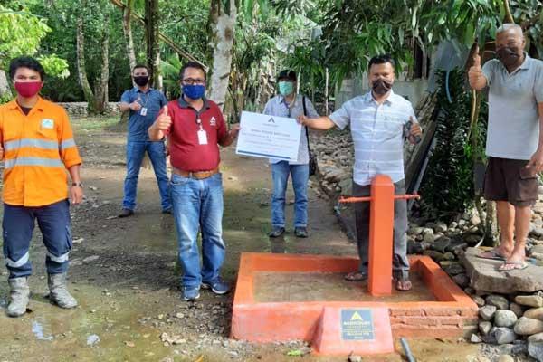SARANA AIR BERSIH: Warga Desa Batu Horing dan perwakilan PTAR, berfoto bersama saat peresmian serta penyerahan pembangunan sarana air bersih di Desa Batu Horing.