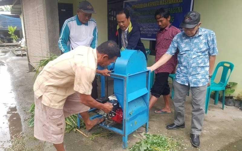 LAKUKAN: Dosen Polmed saat melakukan pengabdian terkait penerapan teknologi tepat guna kepada peternak kambing di Dusun Panglong, Desa Sukamandi Hulu, Kecamatan Pagar Merbau, Kabupaten Deli Serdang, baru-baru ini.