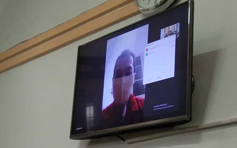 SIDANG VIRTUAL: Arisman Harefa alias Ama Endru (layar monitor), terdakwa penyebar video mesum menjalani sidang virtual di PN Medan, Kamis (19/11).agusman/sumut pos.