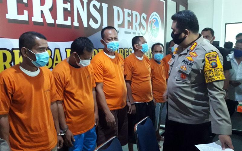 INTEROGASI: Tiga pejabat Pemkab Aceh Tenggara beserta tersangka lainnya di interogasi Kapolrestabes Medan Kombes Pol Riko Sunarko (kiri).