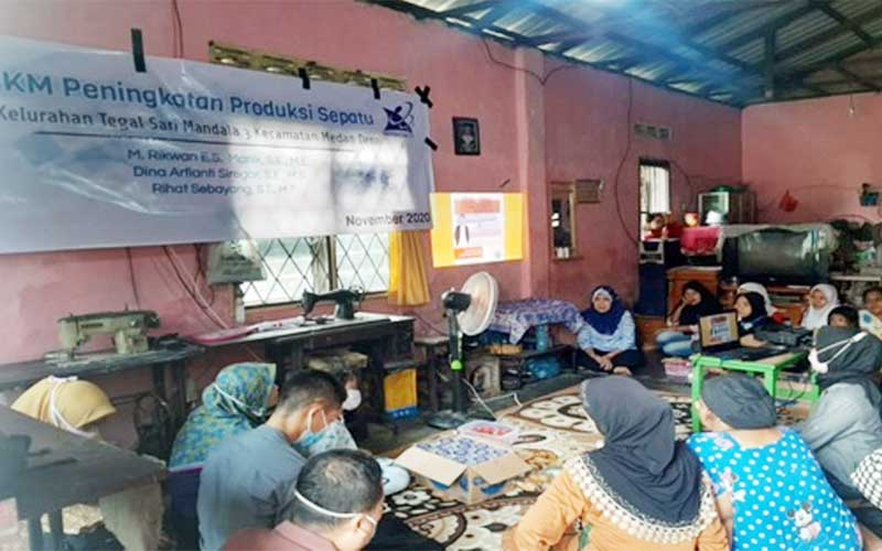 PELATIHAN: Tim pengabdian dosen Polmed memberikan pelatihan manajemen usaha untuk meningkatkan bisnis pengrajin sepatu dan pengusaha mikro di Kelurahan Tegal Sari Mandala III, Medan Denai, baru-baru ini.